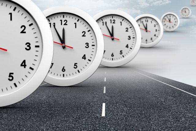Uhren mit Zeiger auf 5 vor 12