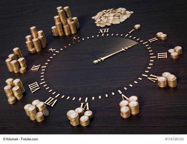 Uhr mit Münzen an den Stundensymbolen