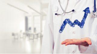 Arzt hält Hand auf, darüber ein Pfeil aus technischen Teilen, der nach oben zeigt