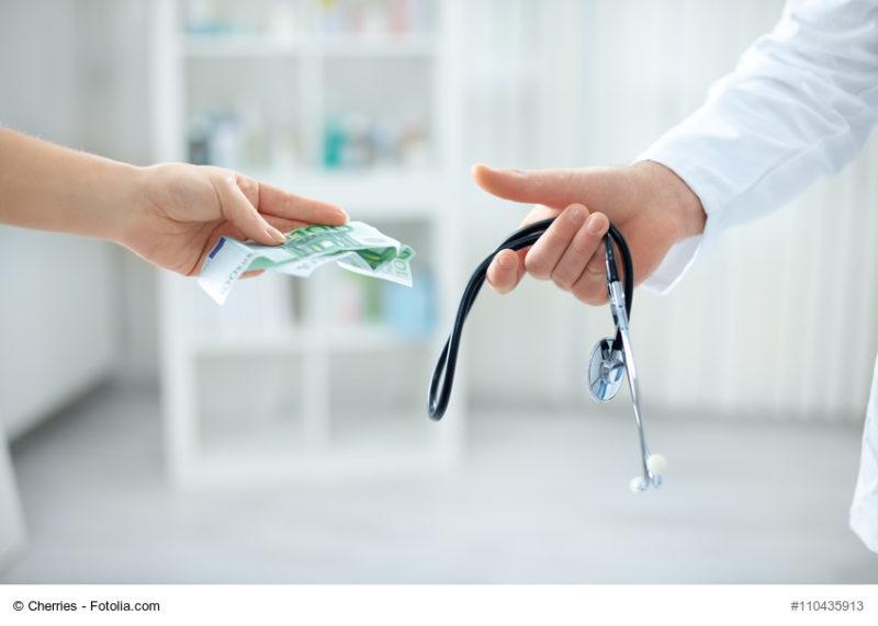 Arzt nimmt Geldscheine entgegen
