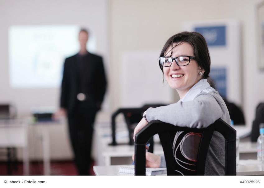 Teilnehmerin eines Seminars lächelt in die Kamera
