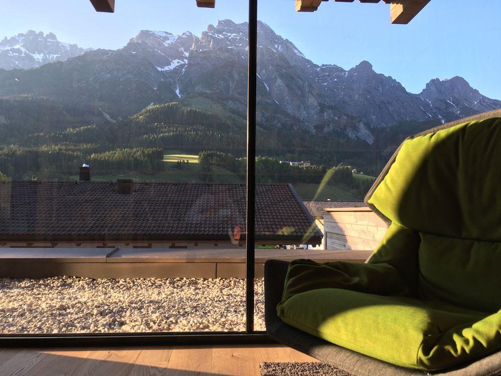 Aussicht auf Berg aus dem Chaletdorf Puradies