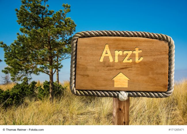 Holzschild/Wegweiser Arzt, Symbolbild Landarzt