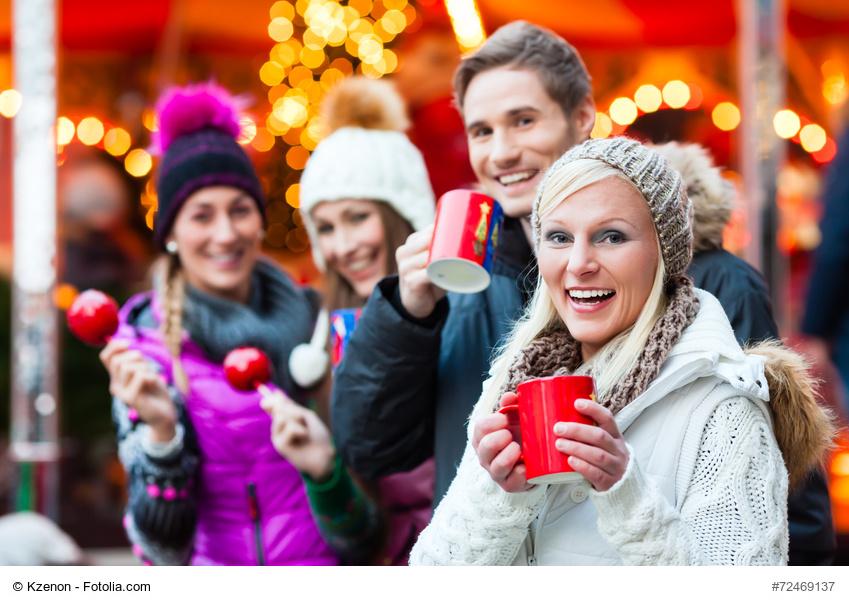 Gruppe junger Menschen auf dem Weihnachtsmarkt