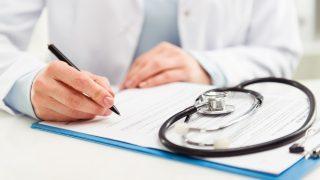 Arzt notiert Details zur Untersuchung