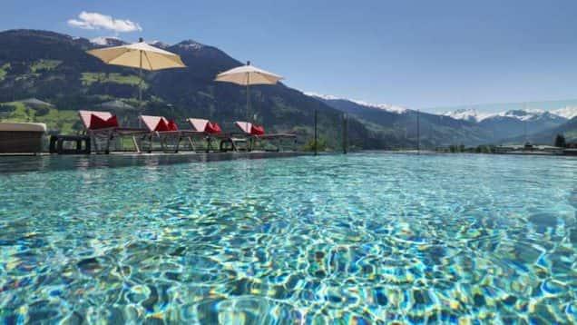 Außenpool des Hotels alpina zillertal