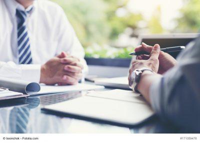 Kunde und Bankberater im Gespräch