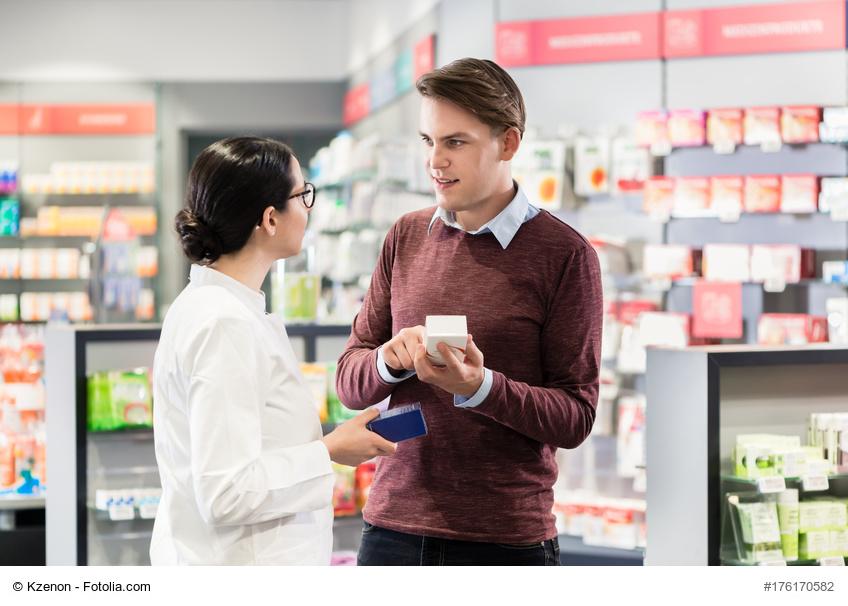 Ein Kunde lässt sich in einer Apotheke zu rezeptfreien Medikamenten beraten
