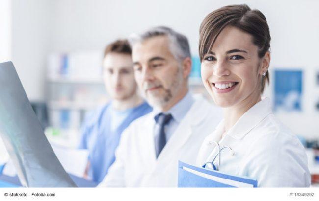 Ein älterer Arzt mit einer jungen Ärztin und einem jungen Arzt