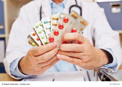 Arzt hält viele verschreibungspflichtige Medikamente