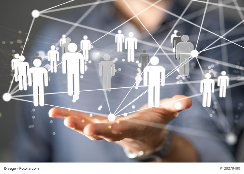 Hand hält ein Netzwerk , das Personen verbindet