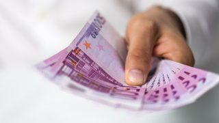 Eine Hand hält Euro-Scheine