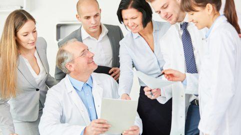 Chefarzt der Klinik und seine Mitarbeiter freuen sich