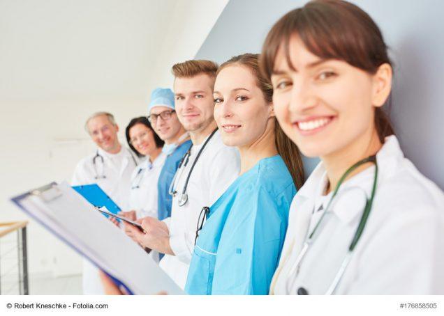 Gruppe Ärzte in der Ausbildung im Team