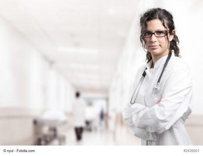 Ärztin steht im Flur eines Krankenhauses