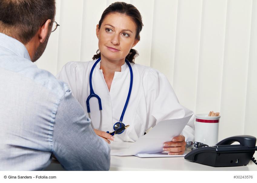 Arzt in Arztpraxis mit Patient. Gespräch und Beratung