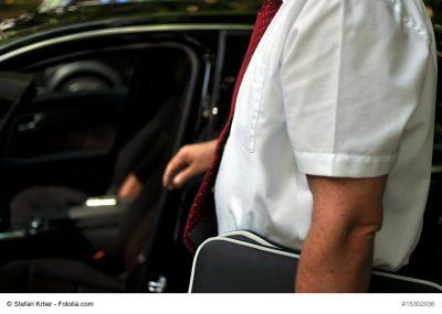 Mann vor seinem Auto