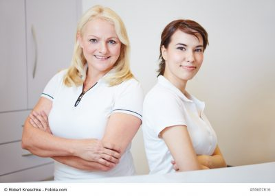 Zwei medizinische Fachangestellte beim Arzt mit verschränkten Armen