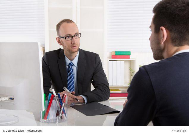 Beratungsgespräch: Versicherungsmakler mit Kunde