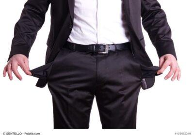 Mann zeigt leere Hosentaschen