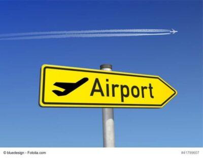 Wegweiser zum Flughafen mit der Aufschrift Airport
