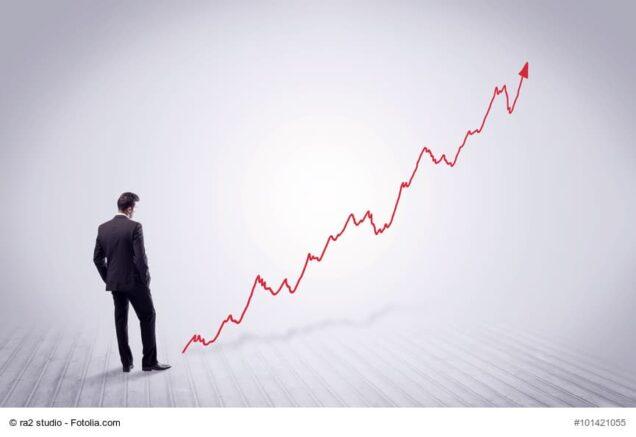 Mann betrachtet Aktienkurs