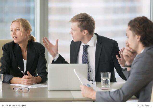 Mann und Frau streiten sich im Business-Meeting
