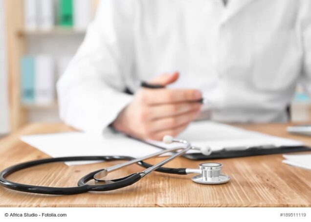 Stethoscope and blurred doctor on background. Health insurance, Ruhestandsplanung