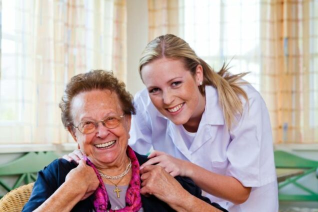 Eine Pflegerin der Hauskrankenpflege besucht eine Patienten