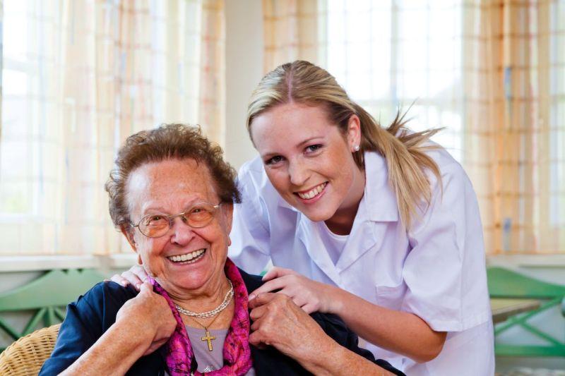 Eine Pflegerin der Hauskrankenpflege besucht einen Patienten