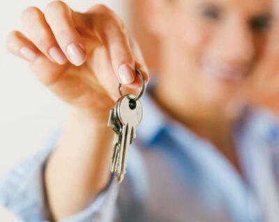 Frau hat Hausschlüssel in der Hand