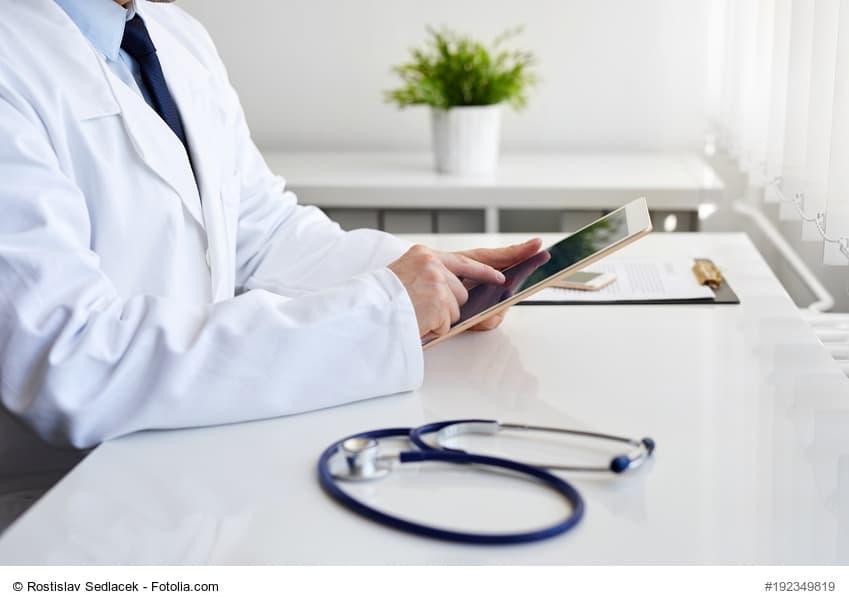 Arzt schuat ins Ipad