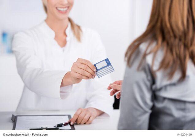 MFA übergibt Gesundheitskarte