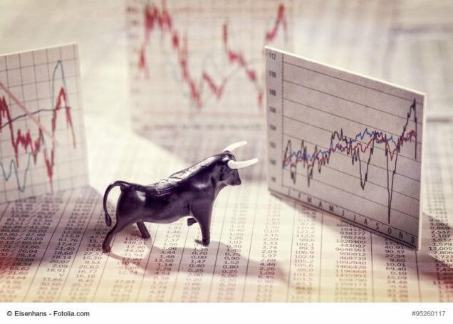Bulle vor Tafeln mit Börsenkursen