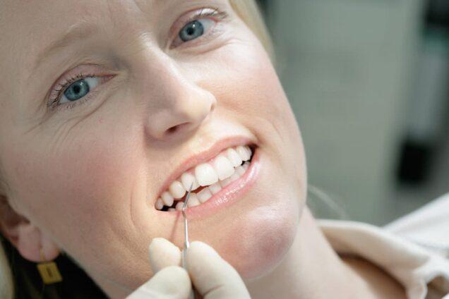 Patientin auf Zahnarztstuhl