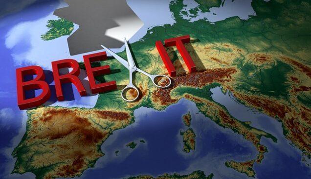 """Das mit einer Schere durchgeschnittene Wort """"Brexit"""" über einer Europa-Karte"""