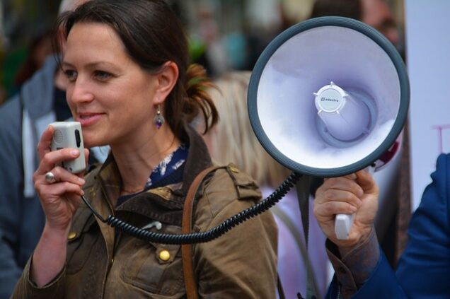 Frau hält Megaphone in der Hand