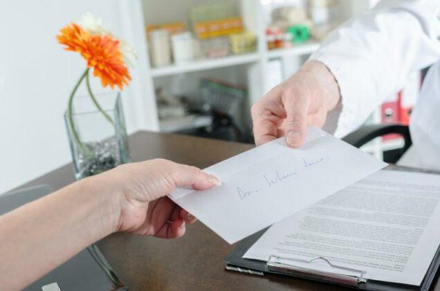 Arzt übergibt Patient einen Brief