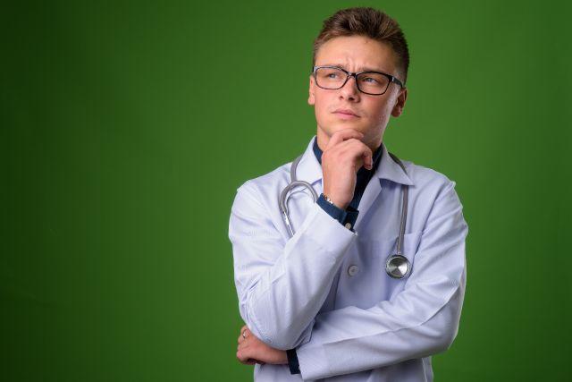 Nachdenklicher Arzt
