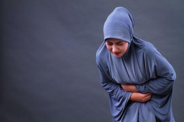 Muslima mit Bauchschmerzen