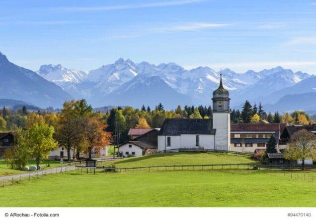 Bayern Panorama mit Kirche, Wald und Bergen