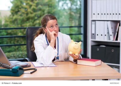Ärztin am Schreibtisch, nachdenklich