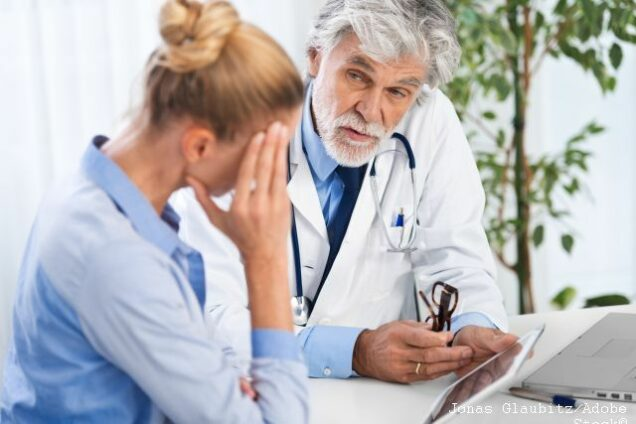 Arzt erklärt mit Tablet