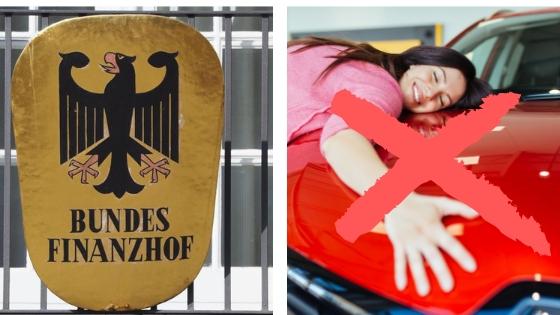 Schild Bundesfinanzhof und Frau, die ein Auto umarmt