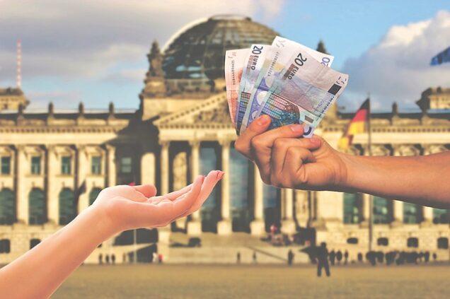 Geldübergabe vor dem Bundestag