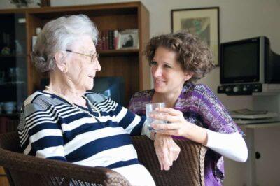 ältere Dame und Pflegerin