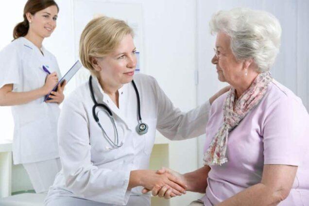 Ärztin und ältere Dame im Gespräch