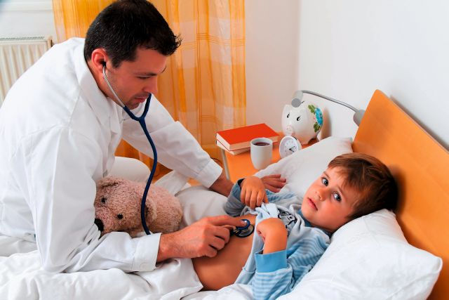 Ein Arzt bei Hausbesuch. Untersucht krankes Kind. / A physician at house call. Examining sick child.