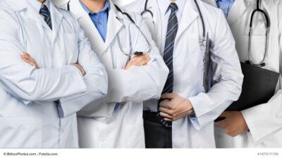 Ärzte stehen in einer Reihe