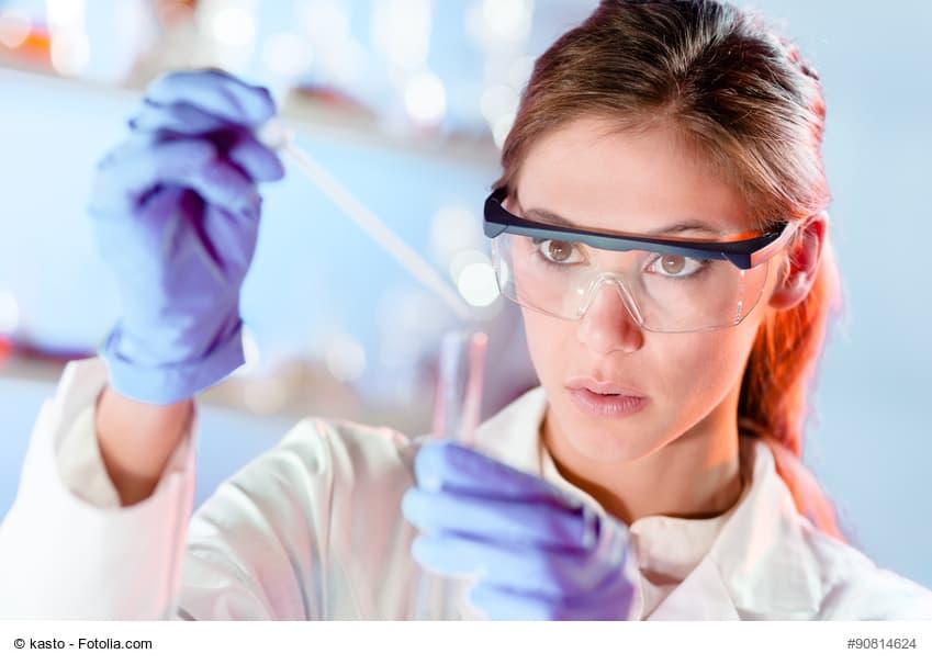 Forscherin untersucht in einem Labor Proben